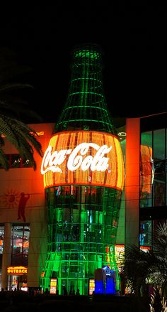 Coca-Cola at night. Coca Cola Ad, Always Coca Cola, World Of Coca Cola, Coca Cola Bottles, Vintage Coke, Vintage Signs, Coke Machine, Best Soda, Diet Coke