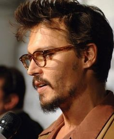 Such a babe. Johnny Depp Glasses, Johnny Depp Fans, Here's Johnny, Jonh Deep, Estilo Hipster, Johnny Depp Pictures, Divas, The Libertines, Don Juan