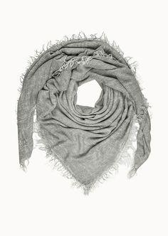 Nicht nur in perfekte Basics lohnt es sich zu investieren, sondern auch in hochwertige und zeitlose Accessoires. Dieses Fransen-Tuch ist aus 50% Modal, 30% Viskose und 20% Schurwolle gefertigt und ergänzt mit seiner kuschelweichen Haptik jedes Outfit perfekt....