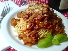 Super easy Spaghetti with Meat Sauce. Use marinara sauce in a jar. Easy Pasta Sauce, Spaghetti Meat Sauce, Sauce Recipes, Pasta Recipes, Beef Recipes, Quick Weeknight Dinners, Easy Meals, Tart Taste, True Food