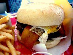Hamburguesa a lo pobre (con plátano y huevo frito) de Bembo's.