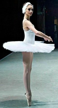 Dance Photography Poses, Dance Poses, Ballet Tutu, Ballet Dancers, Ballerina Tutu, Step Up Dance, Pretty Ballerinas, Ballet Costumes, Baby Costumes