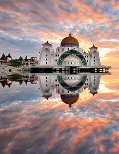 De prachtige Malacca Straits Moskee. Maleisië