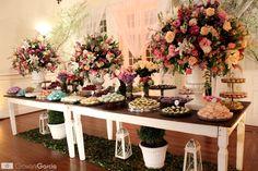 Em destaque, as mesas de pátina escolhidas para os doces. Escolhi mais de 15 opções de forminhas, nos mais variados tons e formatos