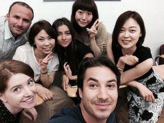Avec ses camarades de classe et sa prof (elle est où?) à NYC