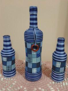 Trio garrafas tecido e linha.