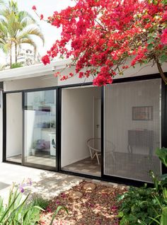 Sobrado paulistano de 100 m² ganha quintal e escritório na edícula. Fotos publicadas na revista Arquitetura & Construção.