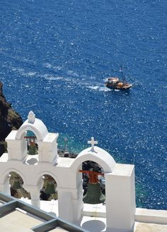 A tour boat in Santorini island, Greece - Selected by www.oiamansion.com