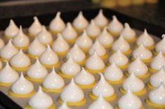 Ingredience 250g hl.mouka125gmáslo3žloutek100g kr.cukr2 bal.vanilkový cukr1špetkasůl3 bílky250gkrystalový cukrmeruňkový džemRum podle chuti Postup přípravy Na vrch: 3 bílky 250gkrystalový cukr Náplň: meruňkový džem Rum podle chuti Uděláme si jednoduché linecké těsto, které zabalíme do fólie a necháme v lednici vychlad Galletas Cookies, Cake Cookies, Pumpkin Spice Cupcakes, Paleo Dessert, Fall Desserts, Cookies Et Biscuits, Christmas Cookies, Cookie Recipes, Pastry Recipes