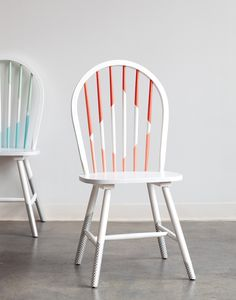 Upcycling mit Masking Tape: Stühle im geometrischen Look selber machen How to Make Over Your Dining Chairs with Washi Tape Kitchen Chair Makeover, Furniture Makeover, Chair Redo, Diy Chair, Redo Chairs, Chair Upcycle, Painted Dining Chairs, Painted Furniture, Furniture Projects