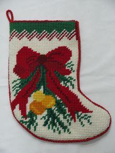 Botinha com motivo de laço bordada a mão em meio ponto. Para decoração natalina de paredes, portas e o que mais imaginar!...