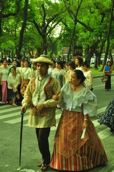 baro't saya is a traditional Filipino blouse and skirt ensemble. It originated in Spanish times, when native Philippine women were required to cover their upper torso. Throughout Spanish colonization this was the everyday attire of most Philippine women. Philippines Outfit, Philippines Culture, Maria Clara Dress Philippines, Philippines Fashion, Traditional Fashion, Traditional Dresses, Barong Tagalog For Women, Cultura Filipina, Filipiniana Dress