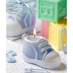 Simpática vela con forma de zapatilla ideal para el bautizo de los más pequeños.