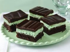 Indulge in a classic bar with three delicious  layers - fudgy brownies, minty filling and chocolate glaze. Menta Chocolate, Chocolate Mint Brownies, Chocolate Glaze, Fudgy Brownies, Irish Chocolate, Chocolate Mints, Delicious Chocolate, Chocolate Desserts, Gastronomia