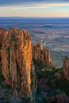 The Valley of Desolation just ouside Graaff- Rienet Eastern Cape South Africa Sunset in January. The Plains of Camdaboo in the distance showing the vast flat lands of the Karoo. Pretoria, Safari, Namibia, Out Of Africa, Parcs, Africa Travel, Road Trip, Beautiful Places, Scenery