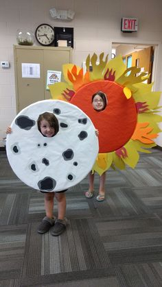 Getting ready for the solar eclipse at the library with these photo props. Magic School Bus, School Fun, Science Crafts, Preschool Crafts, Purim Costumes, Halloween Costumes, Solar Eclipse Images, Jupiter Planeta, Moon Costume