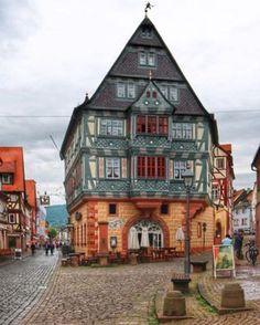 Wie märchenhaft schön ist bitte die historische Altstadt von Miltenberg? Pass auf, gleich kommt bestimmt eine singende Belle um die Ecke!