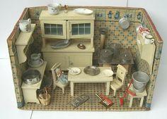 Antikes Puppenhaus bei smehreen-dollhouse / Antique Dollhouse Kitchen at smehreen-dollhouse Miniature Rooms, Miniature Kitchen, Miniature Houses, Mini Kitchen, Toy Kitchen, Green Kitchen, Antique Dollhouse, Dollhouse Dolls, Dollhouse Miniatures