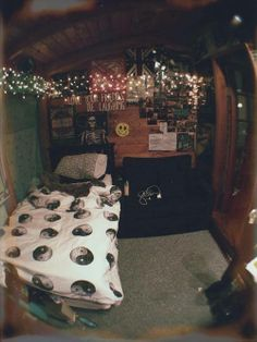 I pinned this because i love the lights and blanket! I would love to have this as my room