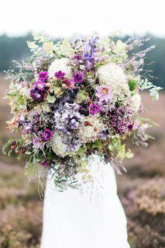 bohemian wedding inspiration in the blooming Lüneburg heath, bridal bouquet #weddingstyling #weddingdecor #styledwedding #weddingbouquets