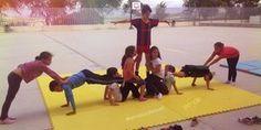 Unidad didáctica de acrosport con 3º de primaria. Les ha encantado el acrosport. Aquí dejamos las diferentes sesiones que hemos realizado Chico Yoga, Field Day Games, Physical Education Lessons, Yoga For Kids, Sports Games, Team Building, Public School, Stunts, Cheerleading