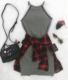 Vestido cinza com camisa xadrez vermelha e preta