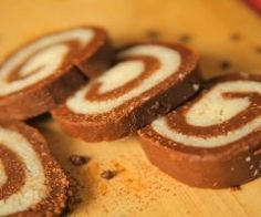 Recipes for kiddie delights should be made easy. They should be so simple that even kids can help you make them. We present a step-by-step guide on how to make eggless swiss rolls for your kids. A no-fuss recipe and a yummy treat awaits. Chocolate Roll, Chocolate Cookies, Chocolate Recipes, Easy Meals For Kids, Kids Meals, Cake Recipes, Dessert Recipes, Desserts, Cake Servings