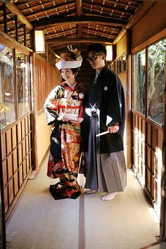 先日、結婚式を迎えられたお客様からご婚礼当日の、晴れやかで素敵なお写真を頂きました。ご新郎様には正統派の黒紋付袴を、ご新婦様にはアンティークのクラシカルな...