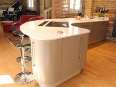 A curved peninsular uses the space much more efficiently in this #realkitchen by @kitchenerg