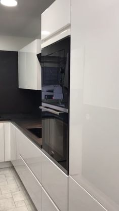 Particular ? in # Mülheim we assembled this handleless kitchen. We would like to thank our customers very much for the trust they have placed in us. Modern Kitchen Cabinets, Modern Kitchen Design, Kitchen Interior, Kitchen Appliances, Interior Doors, Handleless Kitchen, American Kitchen, Luxury Kitchens, Modern Kitchens