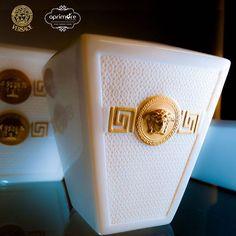 Signature gold da Versace, o glamour em destaque em lindas peças na aprimore #aprimoreeletro #natalaprimore #listadepresentes #vestiramesa #amor #listadecasamento