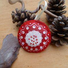 Boule de noël rouge et blanc bohème folk brodées à la main, déco de sapin en feutrine, motif géométrique, graphique