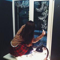 Hoy vamos a buscar inspiración decorando nuestras ventanas para la Navidad.