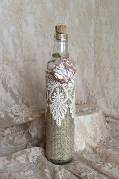 Decorating jars, bottles and jars with lace fabric is a practical choice that can be made at home, w Wine Bottle Art, Diy Bottle, Wine Bottle Crafts, Jar Crafts, Altered Bottles, Antique Bottles, Victorian Crafts, Recycled Glass Bottles, Bottle Trees