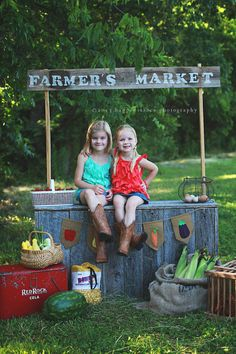 Our kissing booth could be transformed into this fun little produce stand for a spring or summer mini session. And the Farmer's Market Burlap Banner by LittleMaisie on Etsy would be a nice addition. Photography Mini Sessions, Summer Photography, Photography Props, Photo Sessions, Outdoor Photography, Lemonade Stand Photography, Family Photography, Mini Session Themes, Preschool Photography