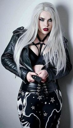 Top Gothic Fashion Tips To Keep You In Style. As trends change, and you age, be willing to alter your style so that you can always look your best. Consistently using good gothic fashion sense can help Dark Fashion, Emo Fashion, Gothic Fashion, Style Fashion, Fashion Clothes, Hot Goth Girls, Punk Girls, Goth Beauty, Dark Beauty