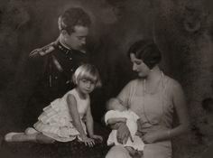 Z.K.H. Leopold, Hertog van Brabant  met Prinses Josephine-Charlotte en H.K.H. Astrid, Prinses van België met Prins Boudewijn. 1930, bromide foto formaat 16 x 22 cm. Foto gemaakt door Robert Marchand, uit de verzameling van Wilfried Vandevelde.