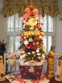 Country Creations By Denise: Trees Trees Everywhere! Gingerbread Christmas Decor, Cool Christmas Trees, Christmas Tree Themes, Christmas Centerpieces, Christmas Time, Christmas Wreaths, Christmas Crafts, Christmas Ornaments, Holiday Decor