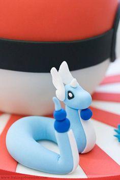 Gâteau Pokémon Minidraco Si on n'est pas à l'aise avec les créatures monumentales, on peut aussi créer des petites figurines comme ce Minidraco, uniquement en pâte d'amande et pâte à sucre, plus faciles à façonner.