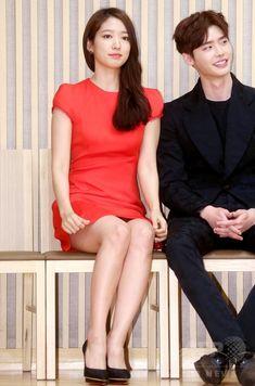 韓国・ソウル(Seoul)にあるソウル放送(SBS)で行われた、新ドラマ「ピノキオ」の制作発表会に臨む、女優のパク・シネ(Park Shin-Hye、左)と俳優のイ・ジョンソク(Lee Jong-Suk、2014年11月6日撮影)。(c)STARNEWS ▼11Nov2014AFP|SBSの新ドラマ「ピノキオ」、制作発表会開催 http://www.afpbb.com/articles/-/3031416
