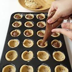 Good night My favorite drop of chocolate chip cookie dough . Bolu Cake, Jam Tarts, Good Food, Yummy Food, Xmas Food, Chocolate Chip Cookie Dough, Dessert Recipes, Desserts, Food Videos