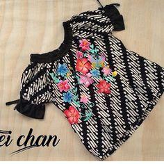 Blouse Batik, Frill Blouse, Batik Dress, African Print Fashion, Fashion Prints, Girl Photo Poses, Girl Photos, Outer Batik, Dress Anak