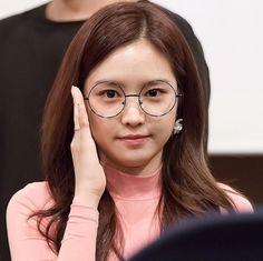 おはナウンちゃんございます♪ ナウンちゃんのメガネ姿もまたきゃわですが、なぜ韓国の人は丸眼鏡が好きなのでしょうか?❔ 不思議ですね〜 * * #ソンナウン#손나은#孫娜恩#SonNaEun  - samuraimantaro