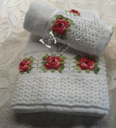kit 2 peças,1 toalha de rosto e 1 de banho  decorada com barrado e rosas de croche  a cor fica a escolha!