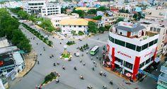 Tỉnh Bạc Liêu nằm trên bán đảo Cà Mau, thuộc Đồng bằng sông Cửu Long, miền đất cực nam của Việt Nam. Nằm ở vị trí chiến lược trong khai thác và xây dựng, Bạc từng được người Pháp lên kế hoạch trở thành trung tâm hành chính của miền Tây với nhiều công trình xây cất dinh thự và công sở tại đây.