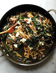 Wholewheat fettuccine with kale, caramelised onions and marinated goat's cheese