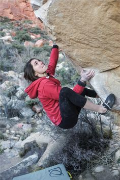 Asana Climbing ambassador Kyra Condie on Fountainhead V9 in Red Rocks with a prism pad below! check out more info about kyra at http://www.asanaclimbing.com/kyra-condie #climbing #bouldering #rockclimbing