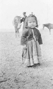 wee Navajo lass So very beautiful. Native American Children, Native American Pictures, Native American Beauty, Native American History, American Indians, Navajo Culture, Clemente Orozco, Into The West, Native Indian