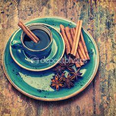 Csésze fekete kávé fahéj, csillagánizs fűszerek — Stock Kép #77357460