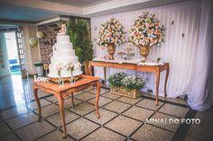 Foto por Arnaldo Peruzo ❤ Ligia & Camargão em Vila Velha/ES. Decoração de casamento romântica em candy colors - mesa principal e bolo cenográfico / maquete    Romantic Wedding + Cake
